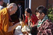 По прибытии Его Святейшества Далай-ламы в тибетский центр штата Юта тибетцы подносят ему традиционное приветствие «чема чангпу». Солт-Лейк-Сити, штат Юта, США. 22 июня 2016 г. Фото: Джереми Рассел (офис ЕСДЛ)
