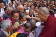 Его Святейшество Далай-лама пожимает руки своим ученикам и последователям, встречающим его по прибытии в Боулдер. Боулдер, штат Колорадо, США. 22 июня 2016 г. Фото: Джереми Рассел (офис ЕСДЛ)
