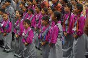 Юные тибетцы исполняют традиционную тибетскую песню перед началом учений Его Святейшества Далай-ламы в Университете Колорадо. Боулдер, штат Колорадо, США. 23 июня 2016 г. Фото: Джереми Рассел (офис ЕСДЛ)