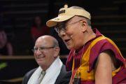 Его Святейшество Далай-лама и ректор Университета Колорадо в Боулдере Фил ДиСтефано в ходе публичной лекции «Воспитание для сердца и ума». Боулдер, штат Колорадо, США. 23 июня 2016 г. Фото: Гленн Асакава (Университет Колорадо в Боулдере)