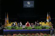 Вид на сцену зала Coors Event Center в Университете Колорадо во время публичной лекции Его Святейшества Далай-ламы «Воспитание для сердца и ума». Боулдер, штат Колорадо, США. 23 июня 2016 г. Фото: Гленн Асакава (Университет Колорадо в Боулдере)