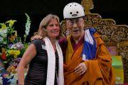 Его Святейшество Далай-лама примеряет велосипедный шлем, подаренный ему мэром Боулдера Сьюзен Джоунс перед началом учений в зале Coors Event Center. Боулдер, штат Колорадо, США. 23 июня 2016 г. Фото: Гленн Асакава (Университет Колорадо в Боулдере)