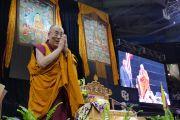 Его Святейшество Далай-лама приветствует слушателей, поднявшись на сцену зала Coors Event Center в Университете Колорадо. Боулдер, штат Колорадо, США. 23 июня 2016 г. Фото: Гленн Асакава (Университет Колорадо в Боулдере)