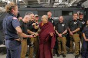 Его Святейшество Далай-лама шутливо общается с сотрудниками полицейской службы, помогавшими во время учений и публичной лекции в зале Coors Event Center в Университете Колорадо. Боулдер, штат Колорадо, США. 23 июня 2016 г. Фото: Гленн Асакава (Университет Колорадо в Боулдере)