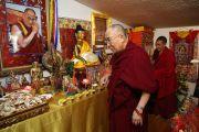 Его Святейшество Далай-лама у алтаря в небольшом храме буддийского центра Индианы. Индианаполис, штат Индиана, США. 24 июня 2016 г. Фото: Крис Берген