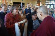 Отправляясь на аудиенцию для тибетских общин штатов Колорадо и Нью-Мексико, Его Святейшество Далай-лама приветствует местных жителей, собравшихся ранним утром в холле отеля. Боулдер, штат Колорадо, США. 24 июня 2016 г. Фото: Джереми Рассел (офис ЕСДЛ)