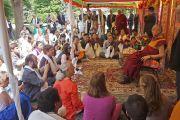 Его Святейшество Далай-лама дарует наставления в саду буддийского центра Индианы. Индианаполис, штат Индиана, США. 24 июня 2016 г. Фото: Джереми Рассел (офис ЕСДЛ)