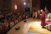 Верующие почтительно приветствуют Его Святейшество Далай-ламу, поднося ему шарфы-хадаки в начале аудиенции в Boulder Theater. Боулдер, штат Колорадо, США. 24 июня 2016 г. Фото: Джереми Рассел (офис ЕСДЛ)