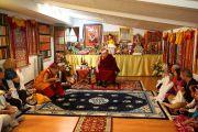 Его Святейшество Далай-лама общается с верующими в небольшом храме буддийского центра Индианы. Индианаполис, штат Индиана, США. 24 июня 2016 г. Фото: Крис Берген