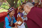 По прибытии Его Святейшества Далай-ламы в буддийский центр Индианы юные тибетцы подносят ему традиционное тибетское приветствие «чема чангпу». Индианаполис, штат Индиана, США. 24 июня 2016 г. Фото: Джереми Рассел (офис ЕСДЛ)