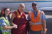 Его Святейшество Далай-лама с сотрудниками наземной службы в аэропорту Боулдера. Боулдер, штат Колорадо, США. 24 июня 2016 г. Фото: Джереми Рассел (офис ЕСДЛ)