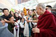 Верующие тепло встречают Его Святейшество Далай-ламу, прибывшего вечером в отель в Индианаполисе. Индианаполис, штат Индиана, США. 24 июня 2016 г. Фото: Крис Берген