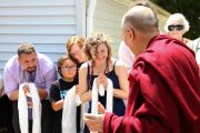 Его Святейшество Далай-лама приветствует верующих, прибывших на встречу в буддийском центре Индианы. Индианаполис, штат Индиана, США. 24 июня 2016 г. Фото: Крис Берген