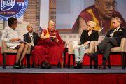 Энн Карри, Его Святейшество Далай-лама, Леди Гага и Филипп Аншутц отвечают на вопросы аудитории во время Конференции мэров США. Индианаполис, штат Индиана, США. 26 июня 2016 г. Фото: Крис Бергин