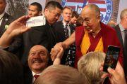 Его Святейшество Далай-лама и мэры американских городов пожимают друг другу руки и позируют для фото по завершении Конференции мэров США. Индианаполис, штат Индиана, США. 26 июня 2016 г. Фото: Крис Бергин