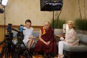 Его Святейшество Далай-лама дает интервью Энн Карри и Леди Гаге для Facebook в прямом эфире перед выступлением на Конференции мэров США. Индианаполис, штат Индиана, США. 26 июня 2016 г. Фото: Джереми Рассел (офис ЕСДЛ)