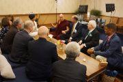 Его Святейшество Далай-лама общается с группой мэров перед выступлением на Конференции мэров США. Индианаполис, штат Индиана, США. 26 июня 2016 г. Фото: Джереми Рассел (офис ЕСДЛ)