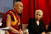 Его Святейшество Далай-лама отвечает на вопросы аудитории во время Конференции мэров США. Индианаполис, штат Индиана, США. 26 июня 2016 г. Фото: Крис Бергин
