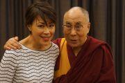 Его Святейшество Далай-лама фотографируется с телеведущей Энн Карри перед выступлением на Конференции мэров США. Индианаполис, штат Индиана, США. 26 июня 2016 г. Фото: Джереми Рассел (офис ЕСДЛ)