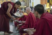 Монахов угощают традиционным сладким рисом в ходе церемонии приветствия Его Святейшества Далай-ламы в храме Дрепунг Лачи. Мундгод, штат Карнатака, Индия. 1 июля 2016 г. Фото: Тензин Чойджор (офис ЕСДЛ)