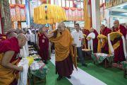 Его Святейшество Далай-лама прибывает в зал собраний храма Дрепунг Лачи. Мундгод, штат Карнатака, Индия. 1 июля 2016 г. Фото: Тензин Чойджор (офис ЕСДЛ)