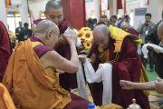Монахи совершают традиционные подношения Его Святейшеству Далай-ламе в ходе церемонии приветствия в храме Дрепунг Лачи. Мундгод, штат Карнатака, Индия. 1 июля 2016 г. Фото: Тензин Чойджор (офис ЕСДЛ)
