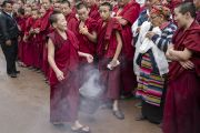 В ожидании прибытия Его Святейшества Далай-ламы. Юный монах окуривает благовониями площадь перед монастырем Дрепунг. Мундгод, штат Карнатака, Индия. 1 июля 2016 г. Фото: Тензин Чойджор (офис ЕСДЛ)