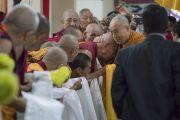 Его Святейшество Далай-лама приветствует монахов по прибытии в зал собраний храма Дрепунг Лачи. Мундгод, штат Карнатака, Индия. 1 июля 2016 г. Фото: Тензин Чойджор (офис ЕСДЛ)