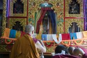 Его Святейшество Далай-лама перед изображениями божеств в зале собраний храма Дрепунг Лачи. Мундгод, штат Карнатака, Индия. 1 июля 2016 г. Фото: Тензин Чойджор (офис ЕСДЛ)