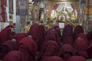 Тибетские монахи совершают простирания в знак почтения к Будде и Его Святейшеству Далай-ламе в начале церемонии дарования полных монашеских обетов в храме Дрепунг Лачи. Мундгод, штат Карнатака, Индия. 2 июля 2016 г. Фото: Тензин Чойджор (офис ЕСДЛ)