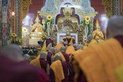 Его Святейшество Далай-лама дарует благословение монахам, получающим полные монашеские обеты в храме Дрепунг Лачи. Мундгод, штат Карнатака, Индия. 2 июля 2016 г. Фото: Тензин Чойджор (офис ЕСДЛ)
