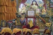 Его Святейшество Далай-лама во время второго дня четырехдневной церемонии дарования полных монашеских обетов в храме Дрепунг Лачи. Мундгод, штат Карнатака, Индия. 3 июля 2016 г. Фото: Тензин Чойджор (офис ЕСДЛ)
