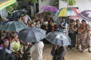Тибетцы из местной тибетской общины прячутся под зонтиками от дождя, чтобы встретить Его Святейшество Далай-ламу и выразить ему почтение. Мундгод, штат Карнатака, Индия. 4 июля 2016 г. Фото: Тензин Чойджор (офис ЕСДЛ)