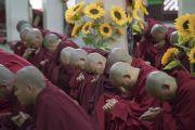 Некоторые из более 3000 монахов, принимающих участие в четырехдневной церемонии дарования Его Святейшеством Далай-ламой полных монашеских обетов в храме Дрепунг Лачи. Мундгод, штат Карнатака, Индия. 3 июля 2016 г. Фото: Тензин Чойджор (офис ЕСДЛ)