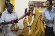 Его Святейшество Далай-лама с местными жителями во время визита в Мундгод. Мундгод, штат Карнатака, Индия. 4 июля 2016 г. Фото: Тензин Чойджор (офис ЕСДЛ)