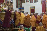 Его Святейшество Далай-лама в ходе третьего дня четырехдневной церемонии дарования полных монашеских обетов в храме Дрепунг Лачи. Мундгод, штат Карнатака, Индия. 4 июля 2016 г. Фото: Тензин Чойджор (офис ЕСДЛ)