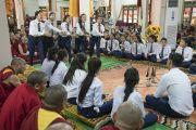 Тибетские студенты проводят буддийский философский диспут во время встречи Его Святейшества Далай-ламы с юными тибетцами и монахами в монастыре Гаден Янгце. Мундгод, штат Карнатака, Индия. 5 июля 2016 г. Фото: Тензин Чойджор (офис ЕСДЛ)