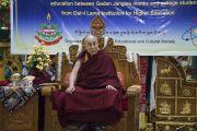 Его Святейшество Далай-лама обращается к монахам и юным тибетцам во время встречи в монастыре Гаден Янгце. Мундгод, штат Карнатака, Индия. 5 июля 2016 г. Фото: Тензин Чойджор (офис ЕСДЛ)