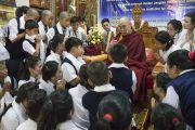 Его Святейшество Далай-лама общается с юными тибетцами по завершении встречи в монастыре Гаден Янгце. Мундгод, штат Карнатака, Индия. 5 июля 2016 г. Фото: Тензин Чойджор (офис ЕСДЛ)