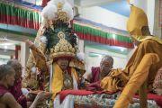 Оракул божества Нечунг, государственный оракул Тибета Тубтен Нгодуп пребывает в состоянии транса во время молебна о долгой жизни Его Святейшества Далай-ламы, проводимого в честь его 81-летия в храме Дрепунг Лачи. Мундгод, штат Карнатака, Индия. 6 июля 2016 г. Фото: Тензин Чойджор (офис ЕСДЛ)