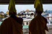 Ранним утром 6 июля в монастыре Дрепунг громогласными звуками ритуальных труб-дунченов тибетские монахи возвещают  о наступлении 81-го дня рождения Его Святейшества Далай-ламы. Мундгод, штат Карнатака, Индия. 6 июля 2016 г. Фото: Тензин Чойджор (офис ЕСДЛ)