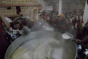 Монахи варят молочный чай, которым будут угощать верующих во время подношения Его Святейшеству Далай-ламе молебна о долгой жизни, проводимого в монастыре Дрепунг в честь его 81-летия. Мундгод, штат Карнатака, Индия. 6 июля 2016 г. Фото: Тензин Чойджор (офис ЕСДЛ)