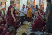 Его Святейшество Далай-лама прибывает в храм Дрепунг Лачи перед началом подношения молебна о долгой жизни в честь его 81-летия. Мундгод, штат Карнатака, Индия. 6 июля 2016 г. Фото: Тензин Чойджор (офис ЕСДЛ)
