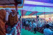 Его Святейшество Далай-лама приветствует собравшихся перед началом учений у священного озера Цо Пема. Ревалсар, штат Химачал-Прадеш, Индия. 13 июля 2016 г. Фото: Тензин Пунцок (офис ЕСДЛ)