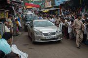 Местные жители приветствуют кортеж Его Святейшества Далай-ламы, направляющийся к ньингмапинскому монастырю Оргьен Херука. Ревалсар, штат Химачал-Прадеш, Индия. 13 июля 2016 г. Фото: Тензин Пунцок (офис ЕСДЛ)