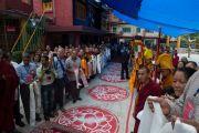 Верующие ожидают прибытия Его Святейшества Далай-ламы в  ньингмапинский монастырь  Оргьен Херука. Ревалсар, штат Химачал-Прадеш, Индия. 13 июля 2016 г. Фото: Тензин Пунцок (офис ЕСДЛ)