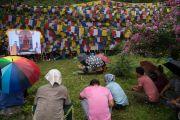 Сидя под дождем, верующие смотрят учения Его Святейшества Далай-ламы, проводимые у священного озера Цо Пема. Ревалсар, штат Химачал-Прадеш, Индия. 13 июля 2016 г. Фото: Тензин Пунцок (офис ЕСДЛ)