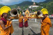 Громогласными звуками ритуальных труб-дунченов тибетские монахи возвещают о прибытии Его Святейшества Далай-ламы на священное озеро Цо Пема. Ревалсар, штат Химачал-Прадеш, Индия. 13 июля 2016 г. Фото: Тензин Пунцок (офис ЕСДЛ)