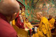 Его Святейшество Далай-лама у статуи Гуру Падмасамбхавы в монастыре Оргье Херука на озере Цо-Пема. Ревалсар, штат Химачал Прадеш, Индия. 14 июля 2016 г. Фото: Тензин Пхунцок (офис ЕСДЛ)