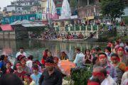 Участники учений Его Святейшества Далай-ламы, сидящие по берегам озера Цо-Пема. Ревалсар, штат Химачал Прадеш, Индия. 14 июля 2016 г. Фото: Тензин Пхунцок (офис ЕСДЛ)